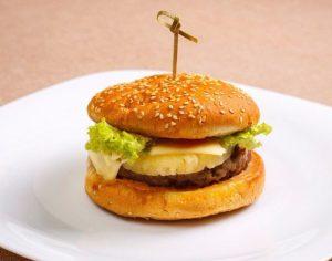 Гамбургер с сыром и ананасом